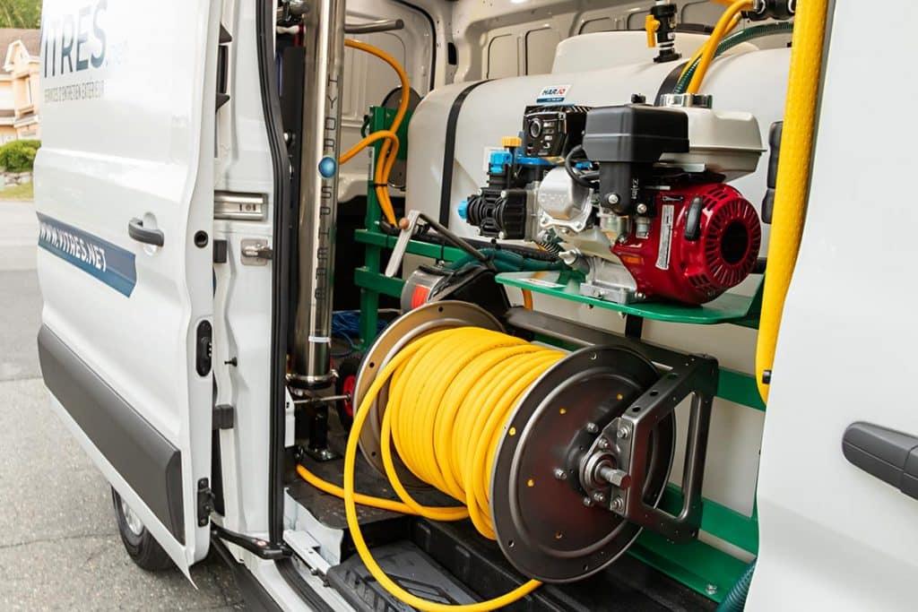 L'intérieur de notre camion-usine : réservoir, pompe, filtreur à eau pure, tuyau de 300 pieds