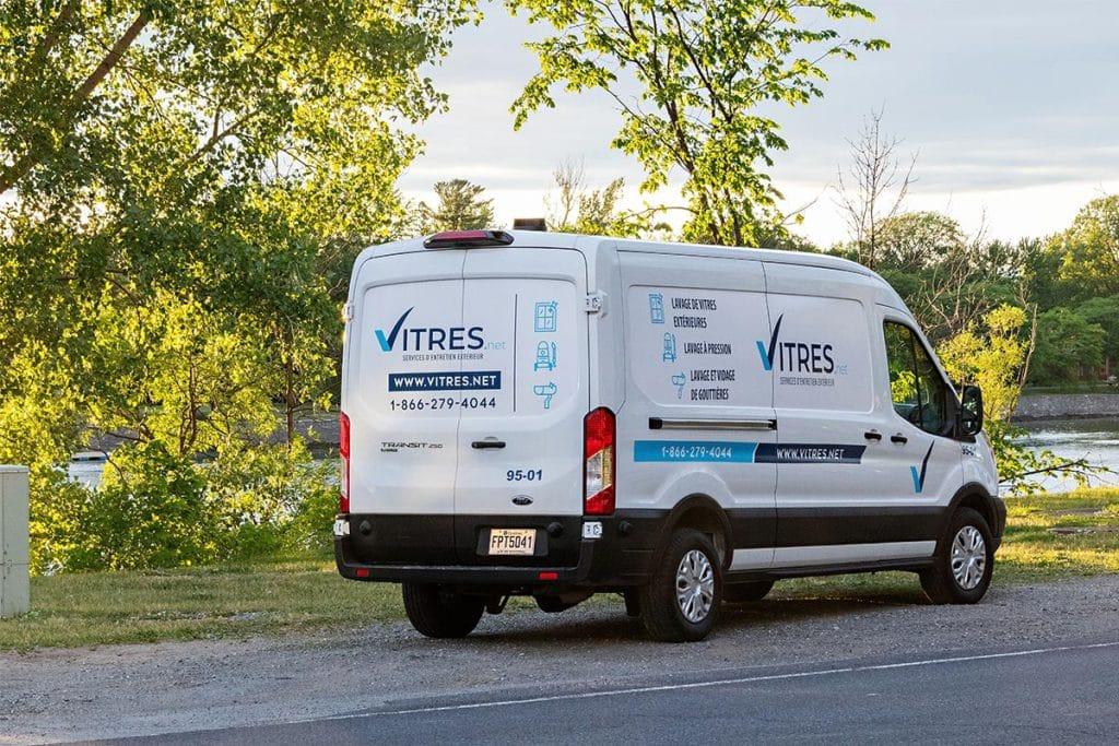 Notre camion-usine vu de derrière stationné sur le bord de la rivière Richelieu